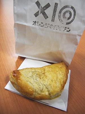 店長イチオシの百年カレーパイ(320円)。スタンプが押された袋もかわいい!