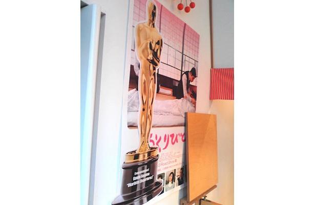 「おくりびと」のポスターにも巨大なオスカー像のマグネットがペタリ
