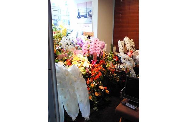 パン屋さんの店内から覗けるオフィスは…祝福の花、花、花!