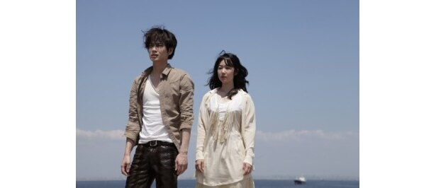 『シャニダールの花』で主演を務める綾野剛と黒木華