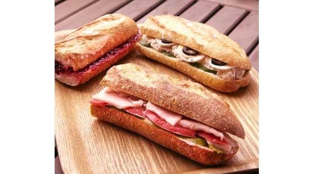 パリの巨匠直伝の「手作りハムとアボガドを挟んだサンド」(350円)など(中目黒サンドイッチリー シャポー ド パイユ)