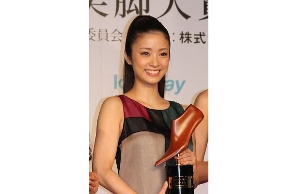 「美脚大賞は女性にとっては憧れの賞。誇りに思いたいです」と喜びを語った