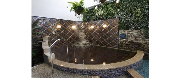 贅沢な源泉かけ流しの露天風呂。緑も眺められて癒したっぷり
