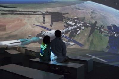 六本木で開催される「スター・クルーズ・プラネタリウム」内のコンテンツ「土星ステーションへの旅」