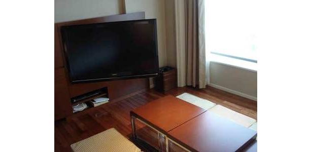 壁掛け42インチ液晶テレビは扉のように向きを変えられる