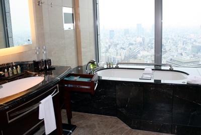 東京の夜景を一望!ロマンチックなバスルーム