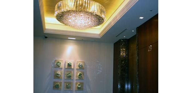 エレベーターホールにもこの豪華シャンデリア