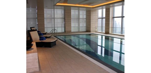 この眺めは最高!プールでひと泳ぎしよう