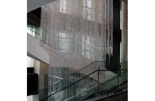 27〜29階をつなぐ螺旋階段のシャンデリアは、なんと長さ約10m! 制作時間約5000時間もかけたというゴージャスっぷり