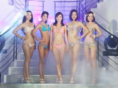 会場には5人の水着美女が集結!