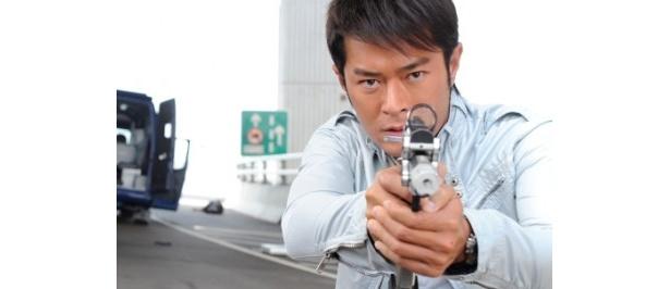 射撃大会でチャンピオンになった投資会社マネージャーのクワンをルイス・クーが演じる