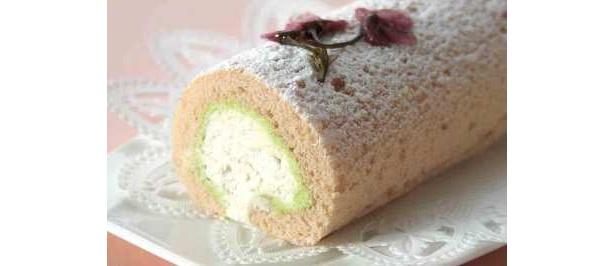 桜風味のクリームとスポンジに、ピスタチオクリームが香ばしい