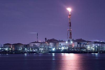 東扇島東公園からの眺望。東燃ゼネラル石油の煙突が火を吹く