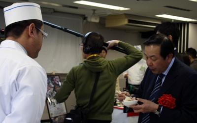 審査委員長の陳健一さんは、見た目・味・もてなし方までチェック。さすがはプロ