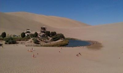 【写真を見る】中国の「ゴビ砂漠(月牙泉)」にはオアシスが! その他の砂漠はコチラからチェック