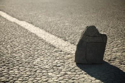 動く石があることで有名なアメリカの「デスバレー」