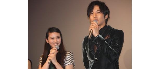 の初日舞台挨拶に登壇した松坂桃李と武井咲