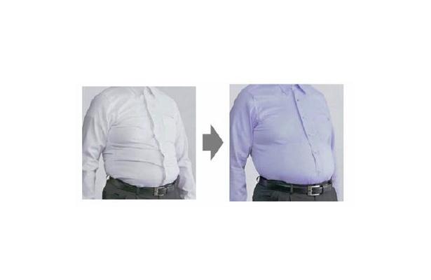 普通のシャツと比べて、お腹の横ジワが目立たなくなっている「ストレッチスタイルメンテナンスYシャツ」