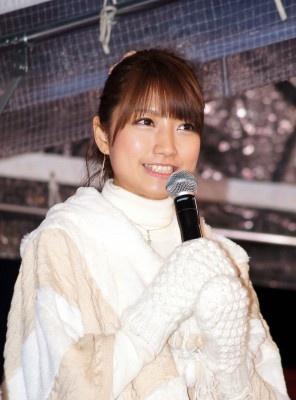 冬っぽいファッションに身を包む三田友梨佳