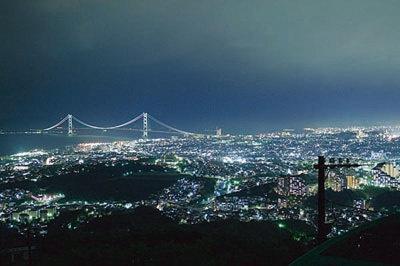 7色にライトアップする明石海峡大橋をはじめ、光輝く神戸の街が一望できる