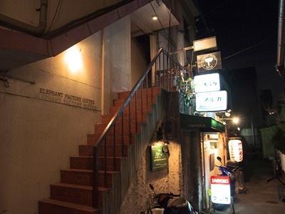 繁華街の細い路地を進んだ先にある隠れ家的カフェ
