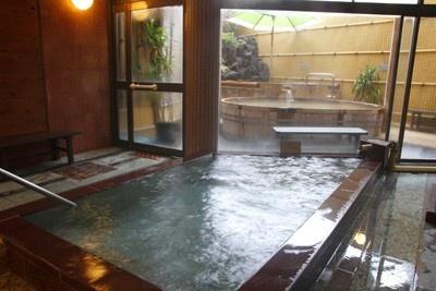 湯の神様と親しまれる熊野権現直下より湧出する「天然温泉 ご入浴・休憩処 和泉」