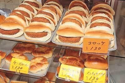 約30種類あるパンは、170円のとんかつパン以外全て130円!(パンのオオムラ)