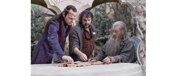 『ロード・オブ・ザ・リング』『ホビット』シリーズに出演するヒューゴ・ウィーヴィング(左)