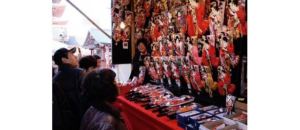 【写真を見る】浅草寺境内内で行われる、納めの観音浅草橋の市(羽子板市)。 羽子板は15000〜30000円くらいが中心