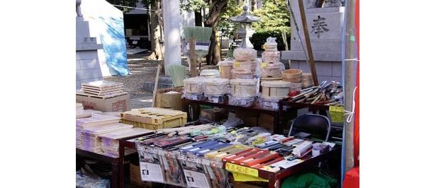 武蔵野国総社・大國魂神社の境内で行われる。正月飾りを始め、生活用品を売る露店が約10軒立ち並ぶ