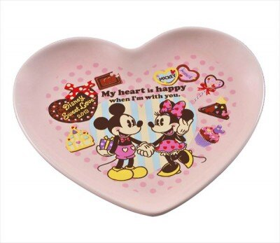 【写真を見る】ミッキーマウス&ミニーマウスが描かれたハート型のお皿に注目!