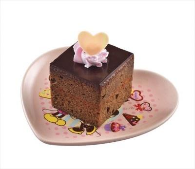 スポンジもクリームもチョコ尽くしの「チョコレートケーキ、スーベニアプレート付き(ピンク)」(700円)