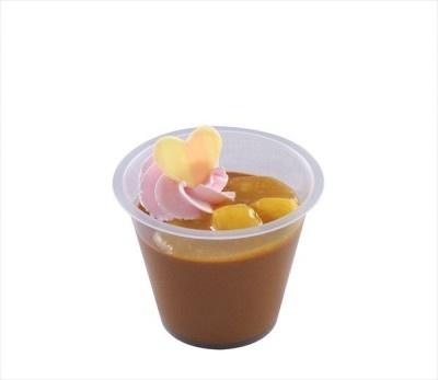 「チョコレートバナナムース、スーベニアカップ付き(ピンク)」の中身。濃厚なチョコレートムースに、バナナソースとストロベリー風味のホイップクリームがトッピングされている