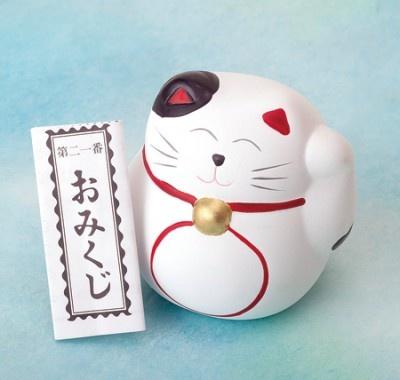陶器製の招き猫におみくじが入った「招き猫みくじ」