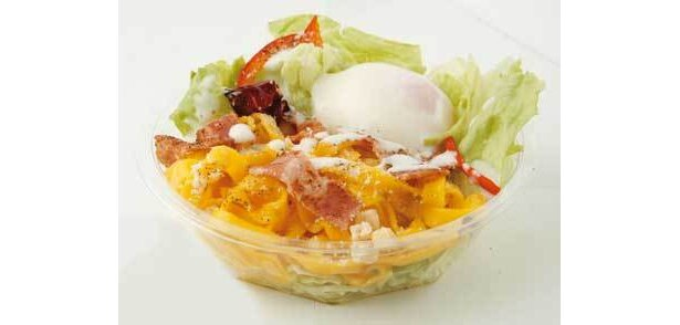 ランチの「ベーコンと温泉卵のパスタサラダ」は、カボチャを練りこんだ甘味のあるパスタが◎(340円)