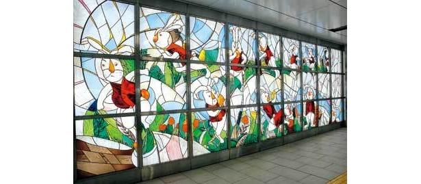 山本容子作「不思議の国のアリスシリーズ」のステンドグラスは、新宿三丁目駅B2改札内に