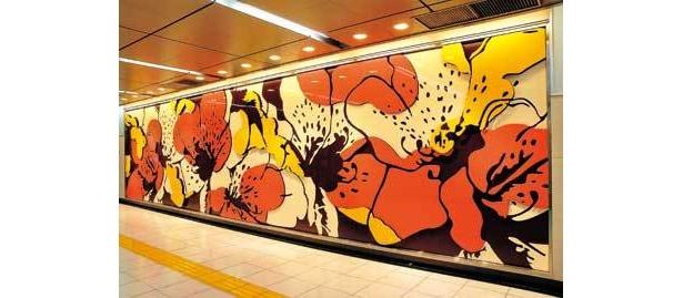 東新宿駅B4改札内にあるのは、ツツジをモチーフにした中山ダイスケの作品だ