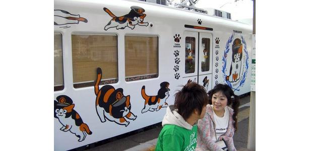 「たま電車」の車体には、キュートなたま駅長のイラストが描かれる!