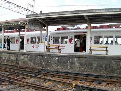 貴志町特産のイチゴをモチーフにした「いちご電車」も大人気運行中