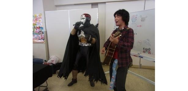 作曲した石田洋介氏と「ネクロマンのうた」を熱唱。今回は先着50名にCD配布予定!
