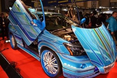 【写真を見る】鮮やかなカラーリングが施されたカスタムカー