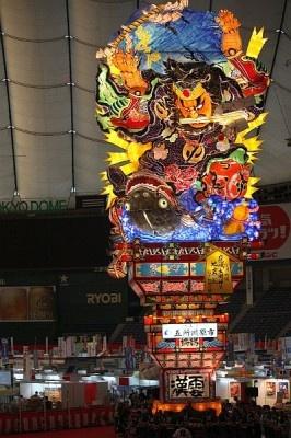 「ふるさと祭り東京」では、青森県五所川原市の「立佞武多(たちねぷた)」も見られる。巨大な山車に注目だ