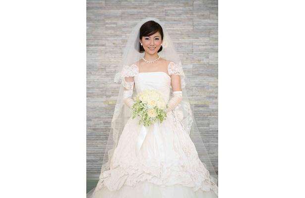 美しき花嫁姿の島谷ひとみ。