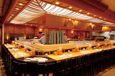 カウンター部分の奥には座敷席もあり。どちらも回転寿司らしからぬ高級感(海幸の街)