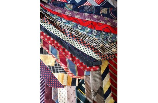 【写真を見る】材料は鮮やかな色や個性的な柄のヴィンテージネクタイ