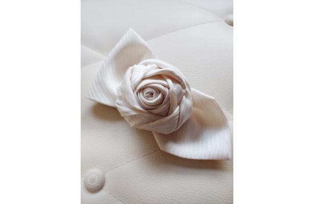 1本の白いネクタイでエレガントなローズのコサージュができてしまう