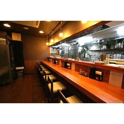 【麺匠ヒムロク】和風モダンな明るい店内は、あえて7席と少なめに取り、ゆったりとした作り。早くも地元に評判のラーメン店としての側面も持つ