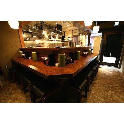【らーめん木尾田】L字型のカウンター9席のみの店内は、木目を生かした和風な趣きで、ゆったりとくつろげる。厨房と客席が近く、和める雰囲気だ