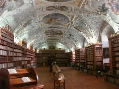 【写真を見る】美しい!歴史あるストラホフ修道院図書館