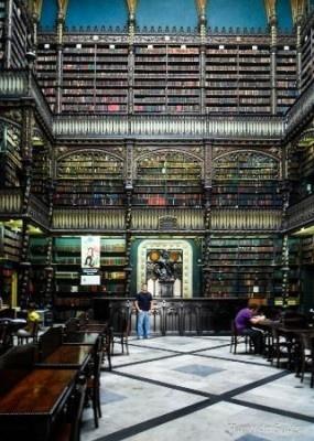 後期ゴシック様式で建てられ、一見すると教会のような雰囲気の幻想図書館